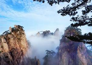 Beautiful scenery sea of mist at huangshan mountain in anhui province, china. | Premium Photo