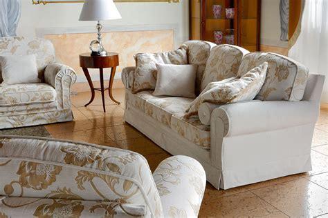 recouvrir un canapé avec du tissu idee deco recouvrir un canapé 1000 idées sur la