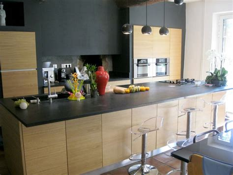 cuisine avec plan de travail granit et façades bois