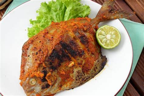 Ayam (potong sesuai selera)•kecap untuk olesan memanggang•margarine untuk membakar•bawang merah•bawang putih•lengkuas•jahe•ketumbar. Resep Ikan Bawal Bakar Bumbu Bali, Masak Pakai Teflon
