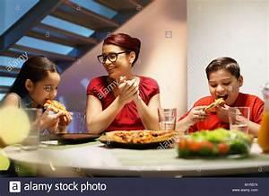 Abendessen Auf Englisch : spanischer familie mit mutter sohn und tochter abendessen zu hause in essen und hausgemachte ~ Somuchworld.com Haus und Dekorationen