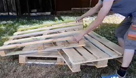 fabriquer canapé il fabrique un canapé pour jardin avec 3 palettes de