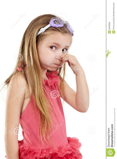 dans les vestiaires des filles la fille dans le maillot de bain et les lunettes de
