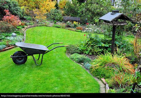 Herbst Gartenarbeit by Gartenarbeit Mit Schubkarre Im Herbstgarten Stockfoto