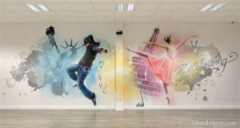 fresque murale graffiti r 233 alis 233 e dans une une salle de danse