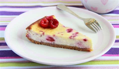 Receptes.lv - Siera kūka ar aveņu mērci