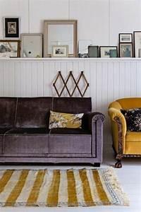 la couleur jaune moutarde nouvelle tendance dans l With tapis jaune avec jeté de fauteuil ou canapé