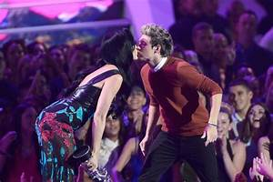 MTV Video Music Awards: One Direction kissing Katy Perry ...
