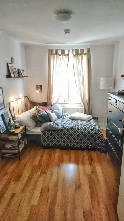 schlafzimmer ideen mit arbeitsbereich gem 252 tliches schlafzimmer mit vielen kissen b 252 chern und