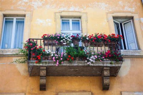 come coprire un terrazzo come arredare il balcone con i fiori non sprecare