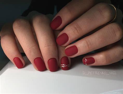 Красный матовый маникюр для коротких и длинных ногтей разной формы.