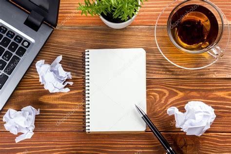 bureau table bureau avec pc papier froiss 233 coupe fournitures stylo bloc note vide blanc de
