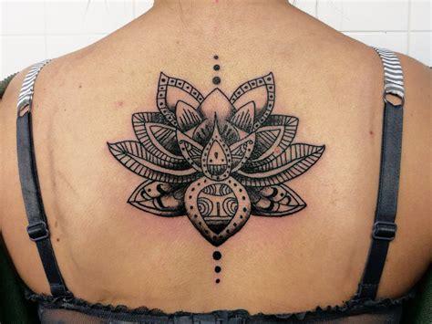tatouage femme lotus mandala dos encre noire tatouage femme