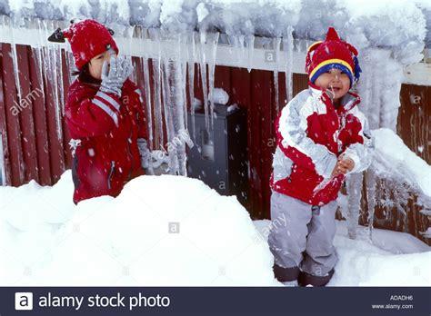 eskimo kostüm kinder inuit kinder spielen im schnee gr 246 nland ammassalik