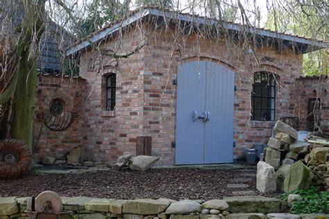 steinplatten am gartenhaus verlegt karin naturalstyle