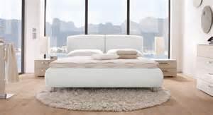 schlafzimmer einrichten junggeselle bett weiß dekoration inspiration innenraum und möbel ideen