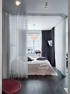 Bett Im Wohnzimmer : bett mit schieren gardinen umgeben oder mit dichten ~ Lizthompson.info Haus und Dekorationen