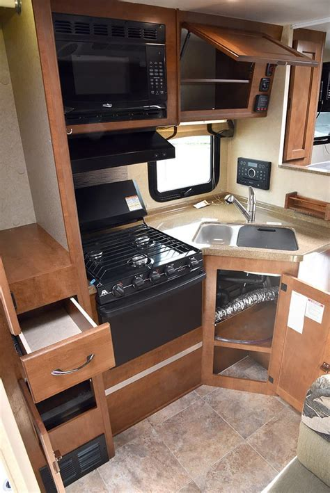 Lance 850 Review   Long Bed, Wet Bath Camper