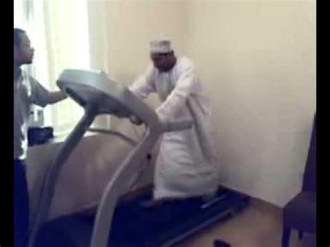 un arabe sur un tapis roulant