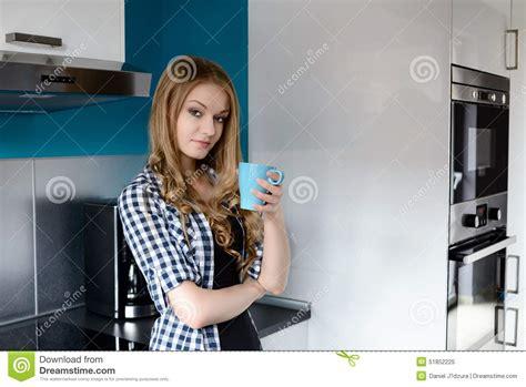 femme dans la cuisine café potable de femme dans la cuisine photo