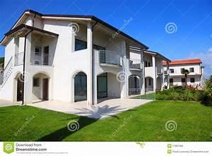 Fachada De La Casa De Dos Pisos Blanca Con El Jard U00edn Foto