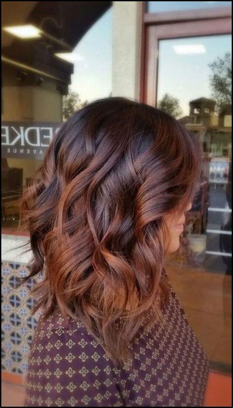 coole frisuren mittellange braune lockige haare
