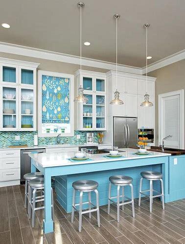 cuisine bleu clair cuisine avec îlot central bleu et meubles blanc