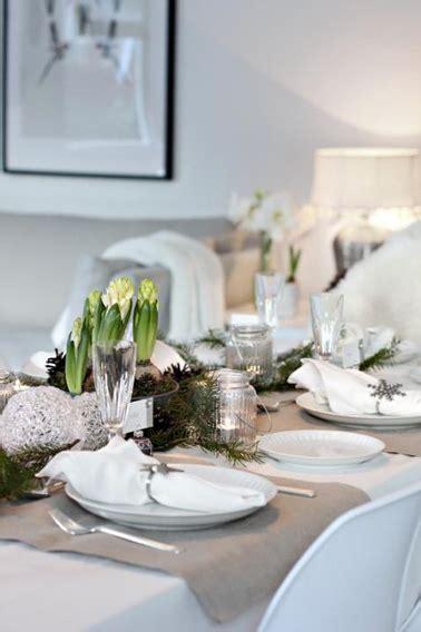 deco table de noel avec vaisselle blanche  argent