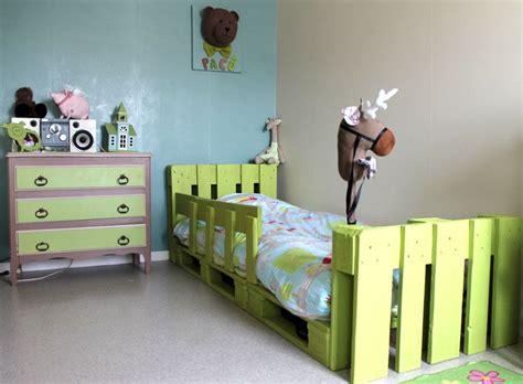 canapé lit en palette lit pour enfant fait 224 partir de 4 palettes http dydy la