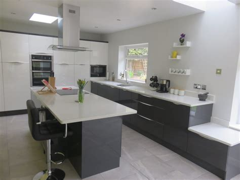 Gloss white & anthracite Inline kitchen with wave handle