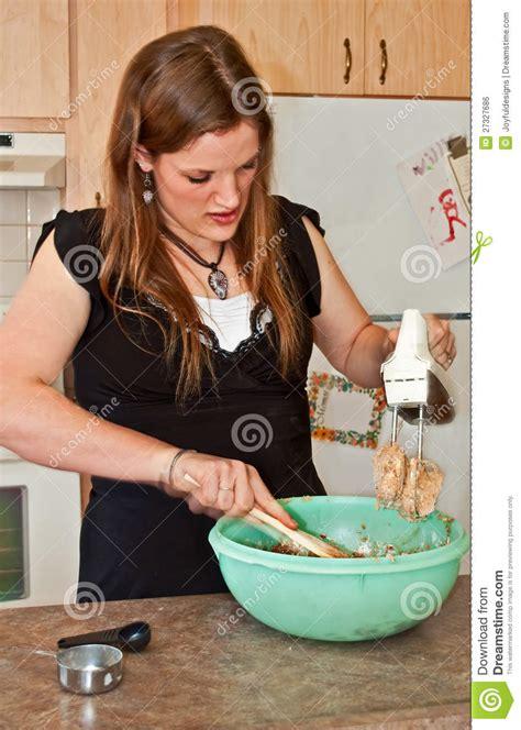 mixer baking cookies woman young cottura biscotti giovane miscelatore donna della jonge koekjes baksel vrouw het met