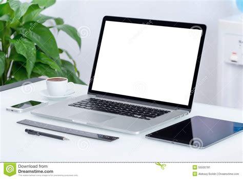 ordinateur de bureau avec wifi espace de travail moderne de bureau avec le pc de comprimé