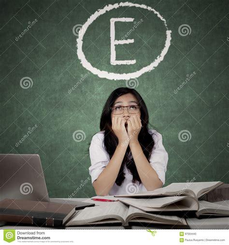 weiße tafel mit a besorgter student mit e graden auf tafel stockfoto bild hochschule asiatisch 97004440