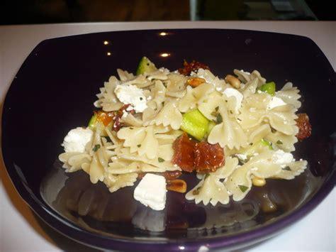 salade de p 226 tes aux courgettes feta et tomates s 233 ch 233 es ou