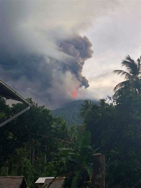 Unusually strong eruption at Manam volcano sends an ash ...