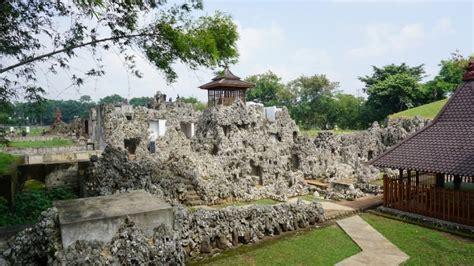 taman sari gua sunyaragi situs unik  bersejarah