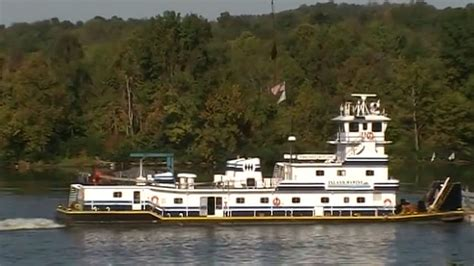Pontoon Boat Sinks In Ohio River by Tow Boat Sinks On Ohio River