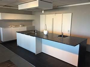 Weiße Arbeitsplatte Küche : sonstige musterk che wei e k che mit granit arbeitsplatte ausstellungsk che in balingen von fs ~ Sanjose-hotels-ca.com Haus und Dekorationen