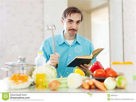 livre de cuisine pour homme portrait de casserole et de livre de cuisine de poche de l