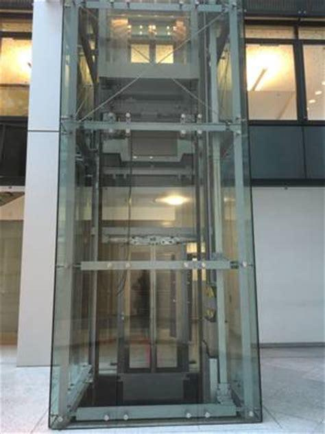 personenaufzug glasaufzug fahrstuhl ueberwindet ein