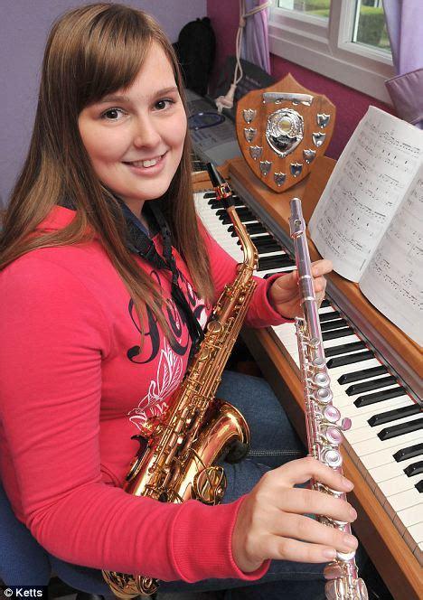 Nedzirdīga meitene spēlē vairākus mūzikas instrumentus ...
