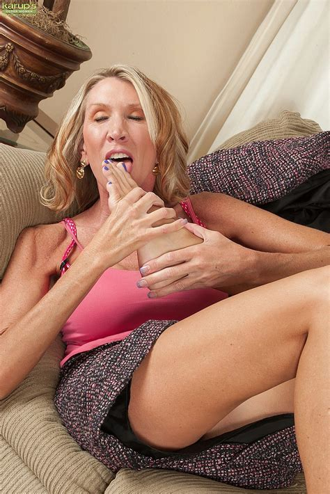 Blonde Milf Brynn Hunter Rub Her Damp Hole Milf Fox