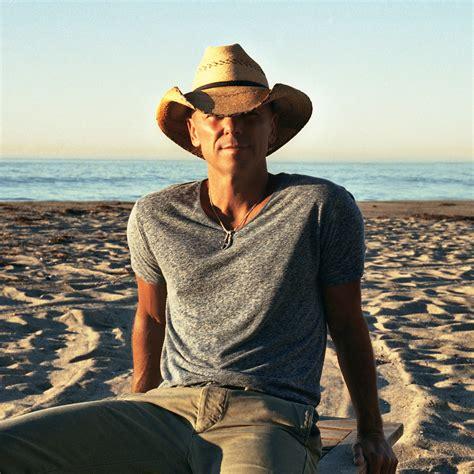 pakaian pria yang cocok saat berlibur di pantai apa ya traveling yuk