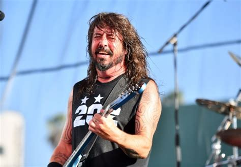 dave grohl falls stage after chugging