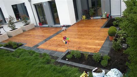 Gartengestaltung Mit Holzterrasse by Holzterrasse Mit Graniteinfassung Moderner Garten
