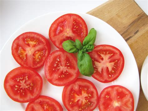 Slicing Tomatoes for Sandwiches