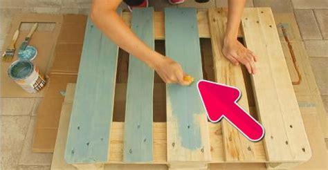 transforme une palette 224 5 en un meuble 224 150 avec un coup de peinture