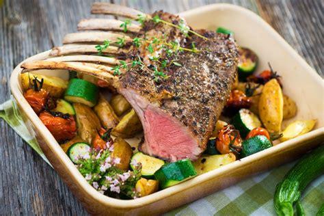 cours de cuisine lorient carré d 39 agneau en croûte verte gros légumes rôtis coulis