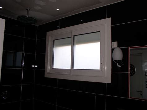 fen 234 tres coulissantes en aluminium blanc et vitrage dans une salle de bain menuiserie