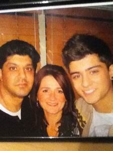 zayn wid his parents ! dey must be soo luky to have gawjus ...